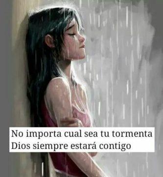 Joven llorando bajo la lluvia