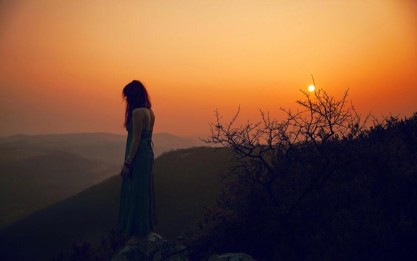 mujer y puesta de sol