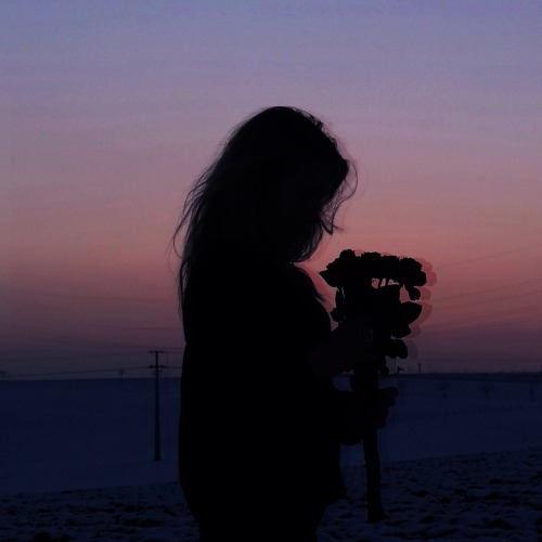 chica sola caminando