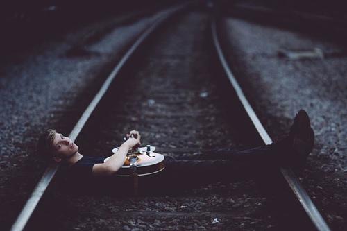 Joven en vias del tren