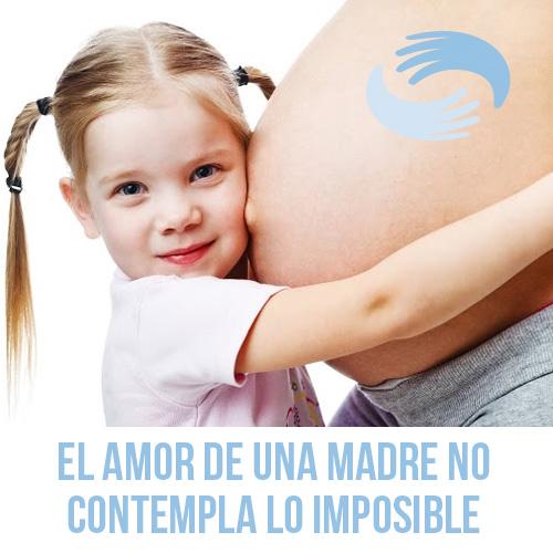 Niña abrazando a mujer embarazada