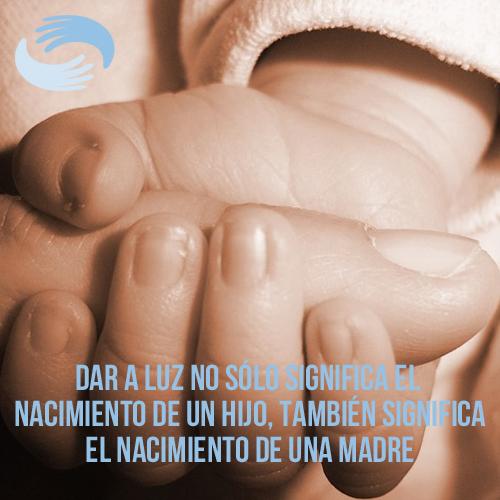 manos de madre e hijo