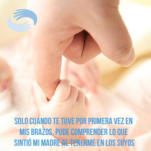 bebé agarrando la mano de madre
