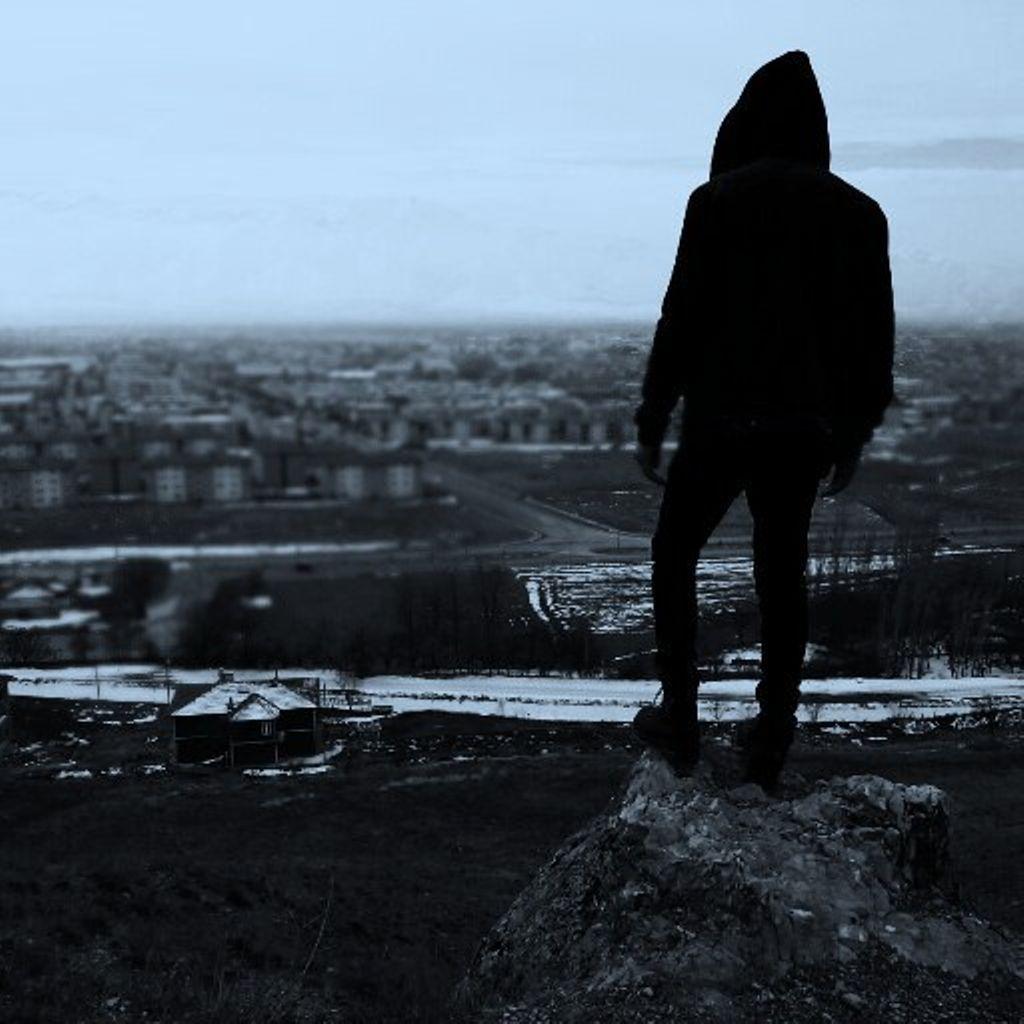 joven parado solo