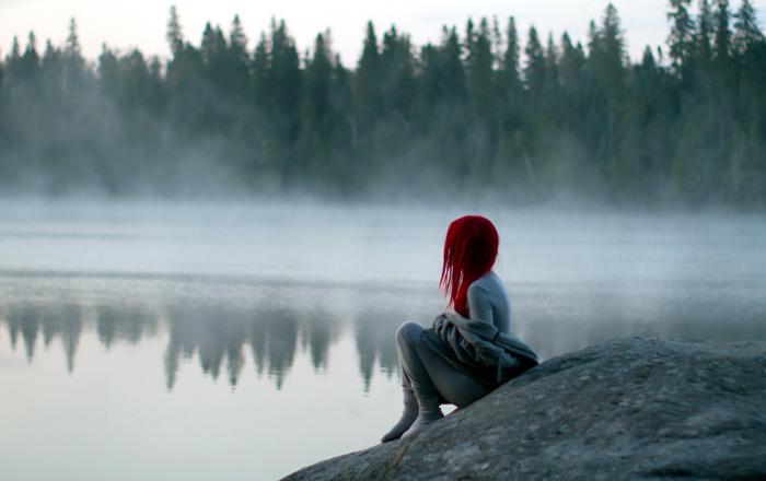 Joven sentada triste por desamor