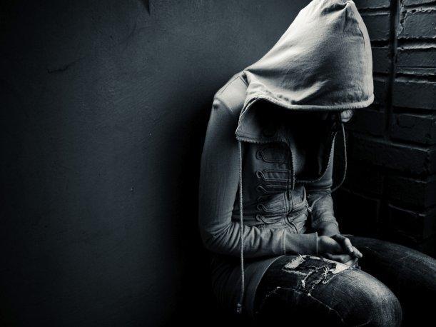 Joven sentada triste