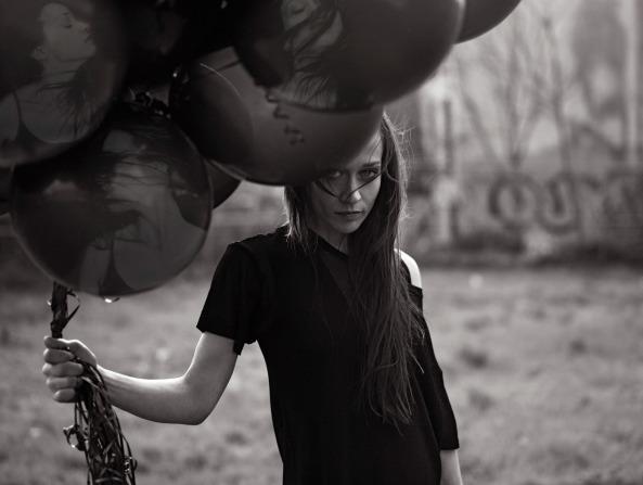 Chica con globos negros