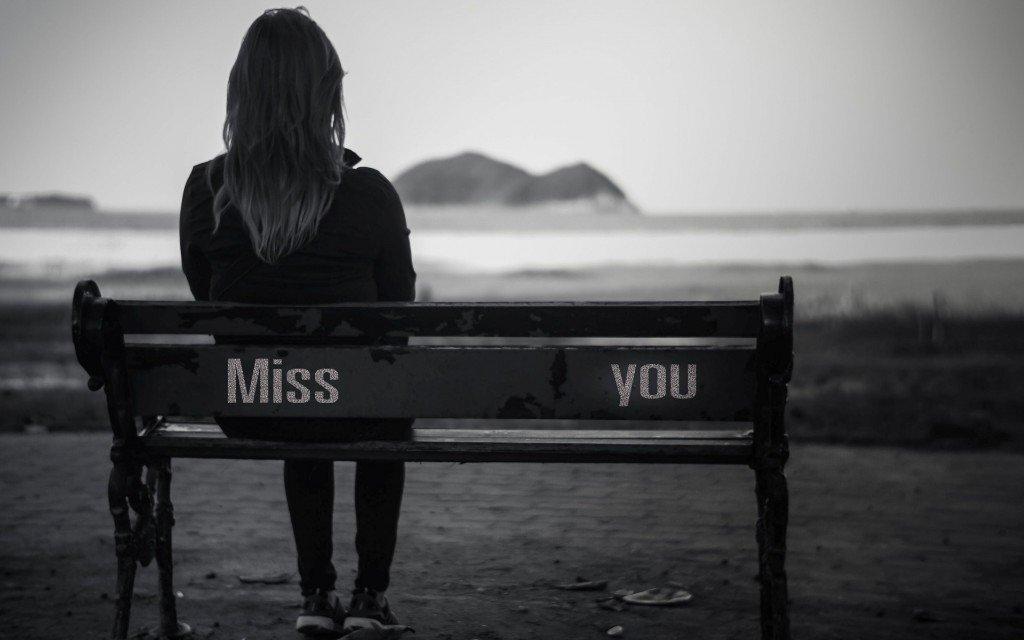 Chica sentada a la orilla del mar