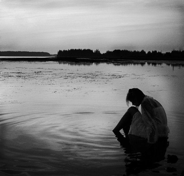 Sentada a la orlla del lago