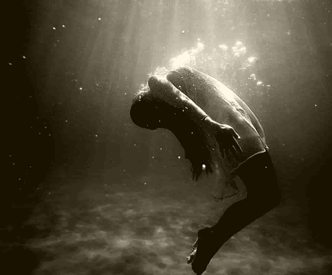 Chica en el fondo del mar