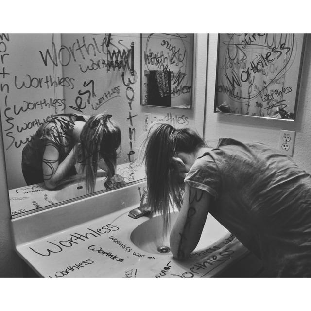 Chica en el baño llorando
