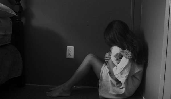 Sentada muy triste