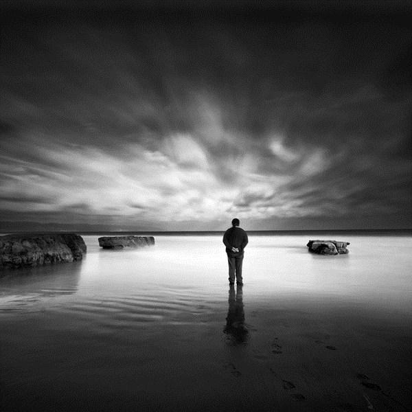 Joven caminando en soledad