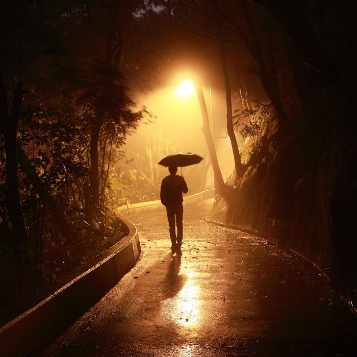 Joven caminando bajo la lluvia