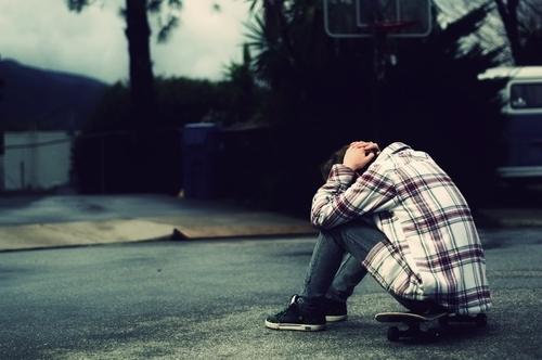Joven triste y solo