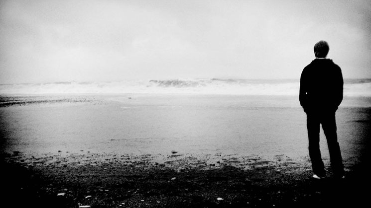 Joven frente al mar solo