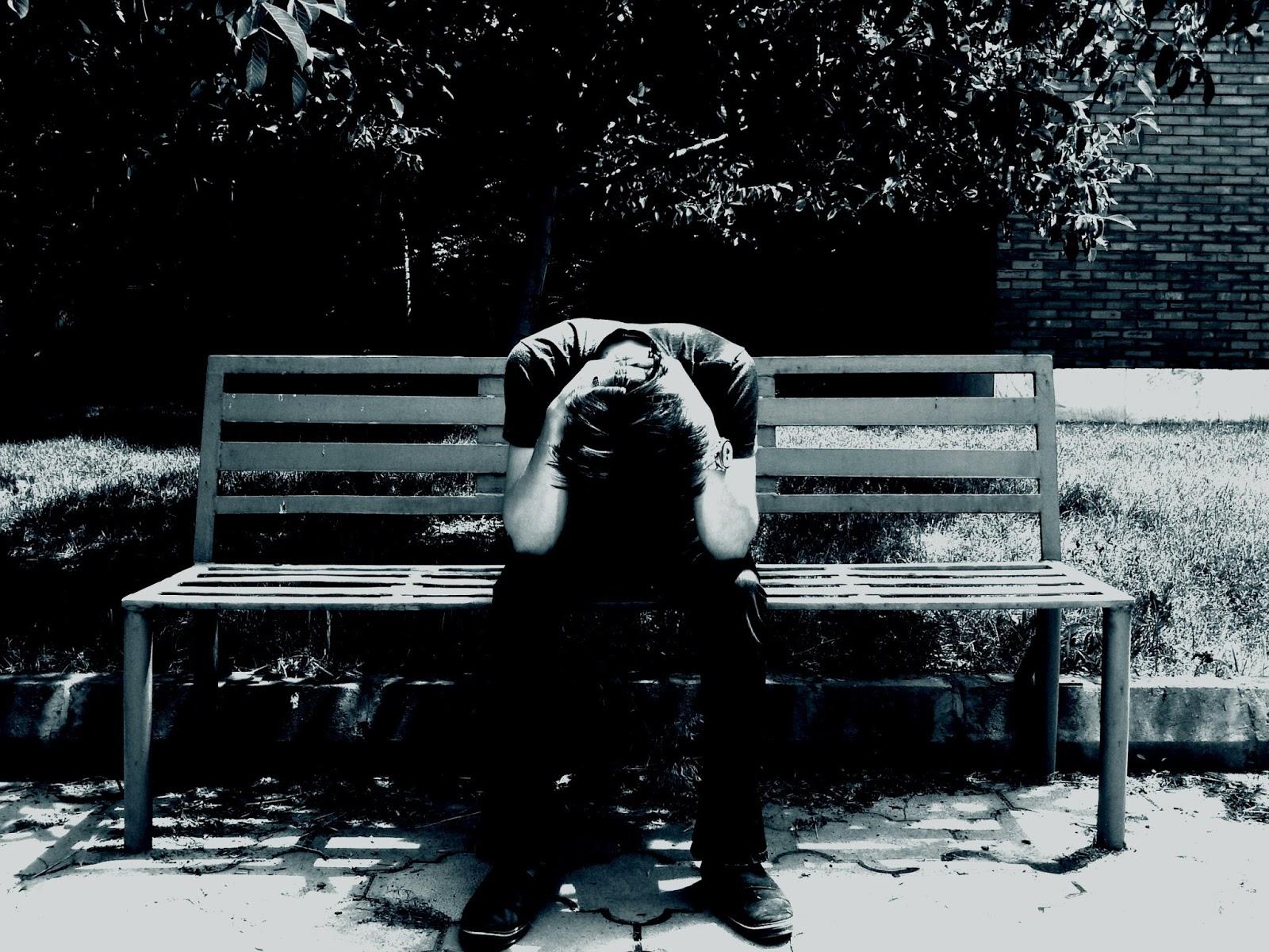 Joven sentado triste
