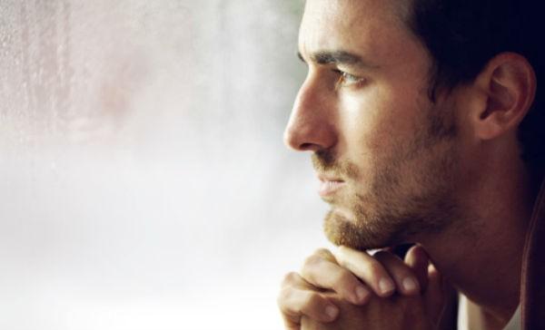 Hombre pensativo y triste